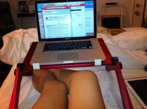 красный столик для ноутбука