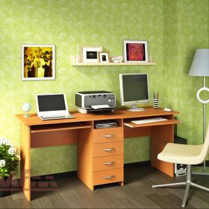 на зеленом фоне стол для двоих письменный