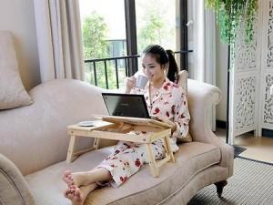 девушка и столик для ноутбука
