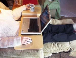 Столик для ноутбука и чашка